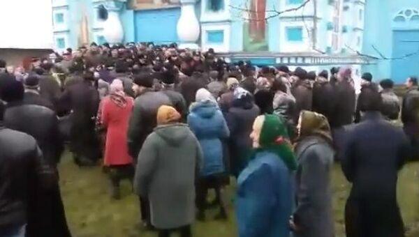 Los feligreses de la iglesia de la Asunción de la Virgen, ubicada en las afueras de Rovno - Sputnik Mundo
