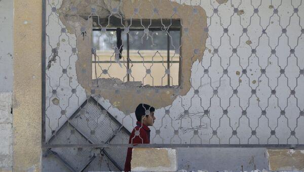 Un niño en una escuela destruida en Siria - Sputnik Mundo