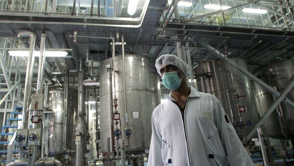 Un tecnólogo iraní en la planta de la conversión nuclear de Isfahan - Sputnik Mundo
