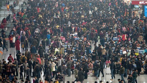 La gente en la estación ferroviaria de Hongqiao, China - Sputnik Mundo