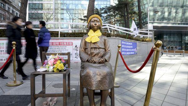 Estatua de una mujer de confort en frente de la embajada de Japón en Seúl (Archivo) - Sputnik Mundo