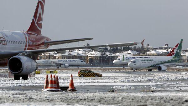 Aviones en el aeropuerto de Estambul tras la nevada - Sputnik Mundo
