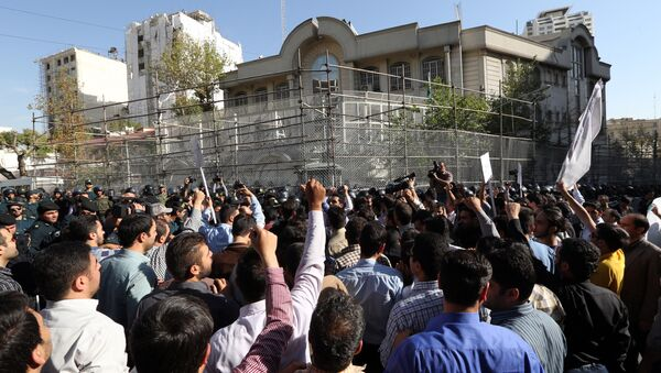 Iranian protesters shout slogans during a demonstration against Saudi Arabia outside its embassy in Tehran on September 27, 2015 - Sputnik Mundo