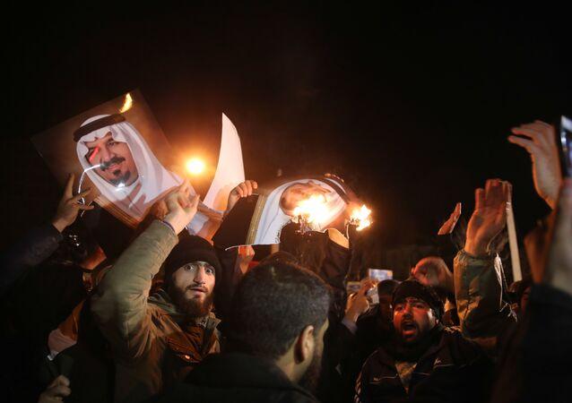 Manifestantes iraníes frente a la Embajada saudí en Teherán