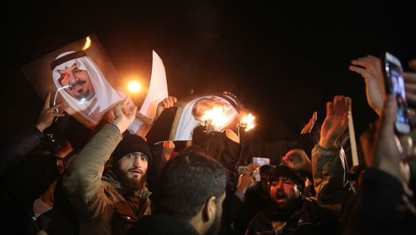 Manifestantes iraníes frente a la Embajada saudí en Teherán - Sputnik Mundo