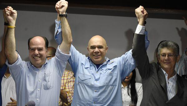 Jesús Torrealba, secretario ejecutivo de la MUD (centro), Julio Borges y Henry Ramos, diputados de la oposición venezolana (archivo) - Sputnik Mundo