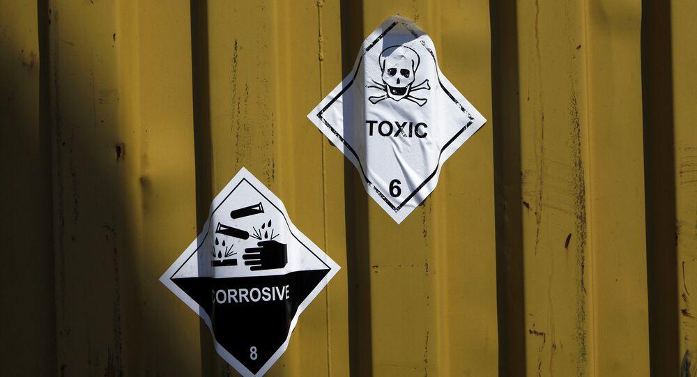 Etiquetas en los contenedores de armas químicas (imagen referencial)