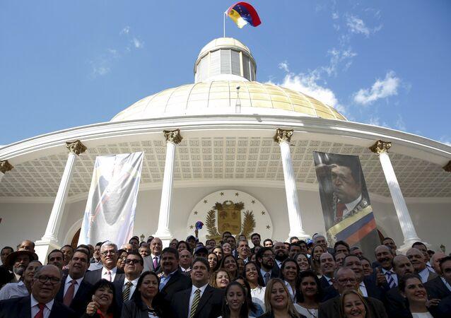 Diputados de MUD frente de Asamblea Nacional