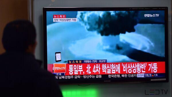 A man watches a news report on North Korea's first hydrogen bomb test - Sputnik Mundo
