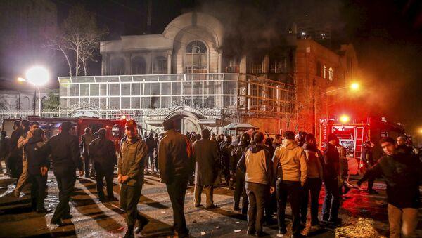 Disturbios en Teherán contra la embajada saudita trás la ejecución del clérigo en Arabia Saudí - Sputnik Mundo