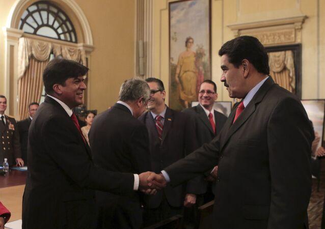 Presidente de Venezuela, Nicolás Maduro, y nuevo ministro de Finanzas, Rodolfo Medina