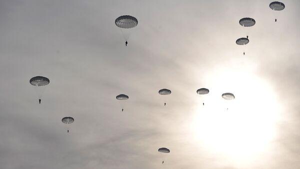 Paracaidistas militares rusos (archivo) - Sputnik Mundo