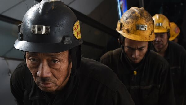Coal miners exit a mine after their shift underground at Datong, in China's northern Shanxi province - Sputnik Mundo