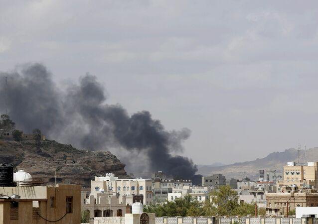 El humo tras el bombardeo por parte de Arabia Saudí en Yemen