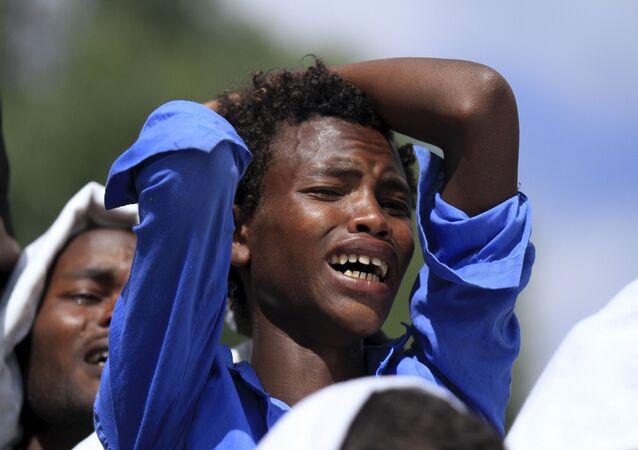 Hombre llora durante el funeral de Dinka Chala, el profesor de una escuela etíope que fue matado por los militares en los protestas contra la expropiación de terrenos