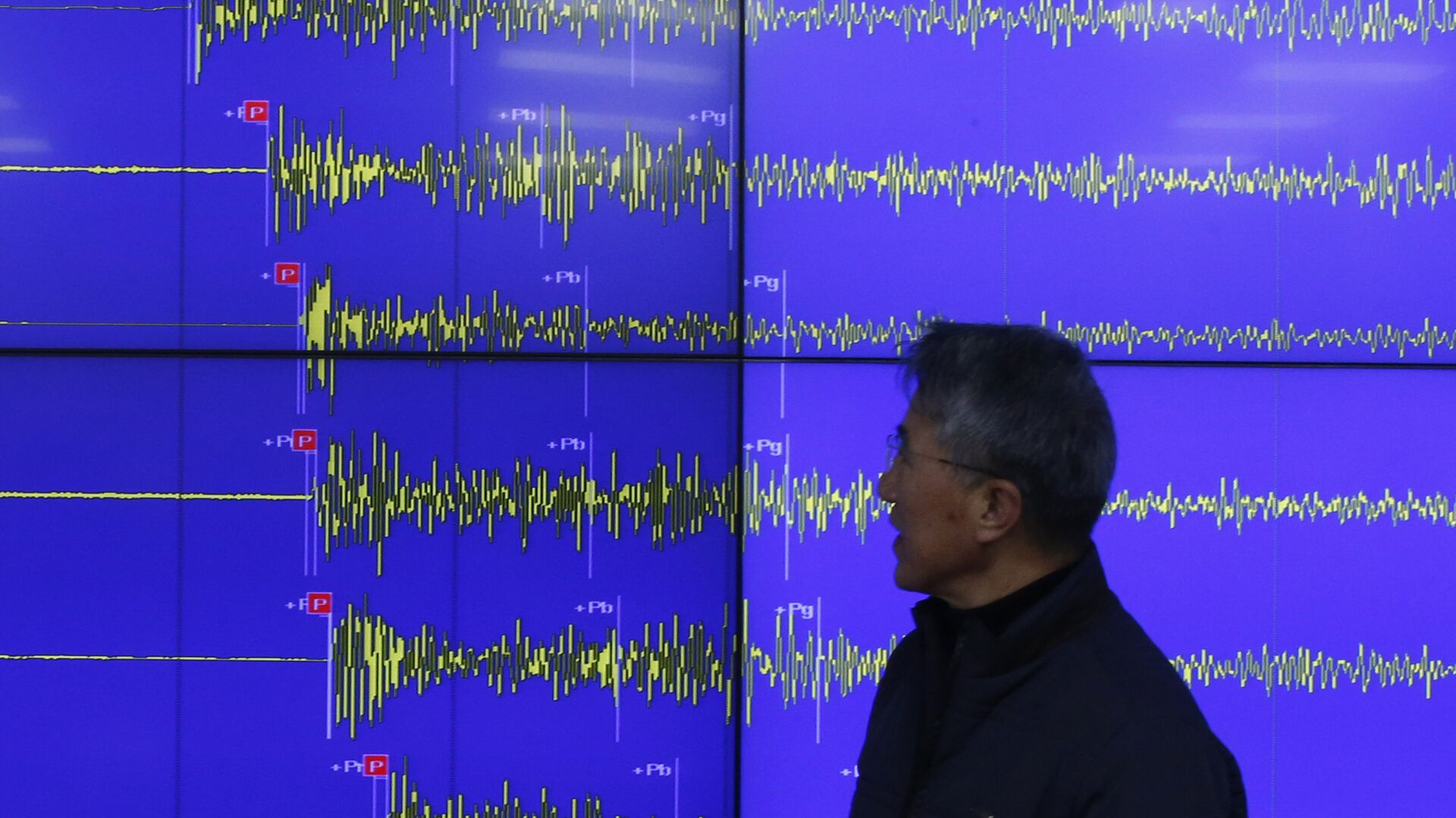 Earthquake and Volcano of the Korea Meteorological Administration Director General Yun Won-tae stands in front of a screen showing seismic waves that were measured in South Korea, in Seoul Wednesday, Jan. 6, 2016 - Sputnik Mundo, 1920, 12.07.2021