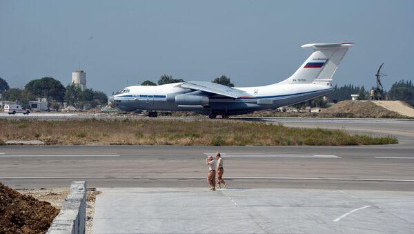 El avión ruso Il-76 en la base aérea de Hmeymim en Siria - Sputnik Mundo