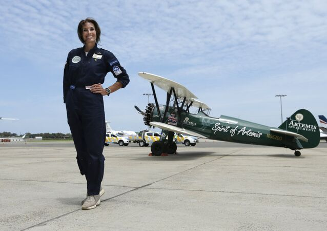 La piloto británica Tracey Curtis-Taylor completó con éxito el vuelo solitario de 22.000 kilómetros hasta Australia en el biplano de cabina abierta, fabricado en 1942