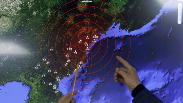 Officers from the Korea Meteorological Administration point at the epicenter of seismic waves in North Korea, at the National Earthquake and Volcano Center of the Korea Meteorological Administration in Seoul, South Korea, Wednesday, Jan. 6, 2016. - Sputnik Mundo