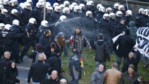 'Patriotas europeos' dispersados por la policía alemana en Colonia - Sputnik Mundo