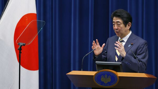 Japanese Prime Minister Shinzo Abe delivers a speech during a new year's press conference at his official residence in Tokyo, Monday, Jan. 4, 2016 - Sputnik Mundo