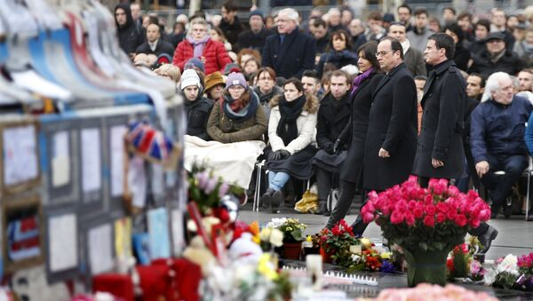 French President Francois Hollande, Prime Minister Manuel Valls and Paris Mayor Anne Hidalgo attend a ceremony at Place de la Republique square to pay tribute to the victims of last year's shooting at the French satirical newspaper Charlie Hebdo, in Paris - Sputnik Mundo