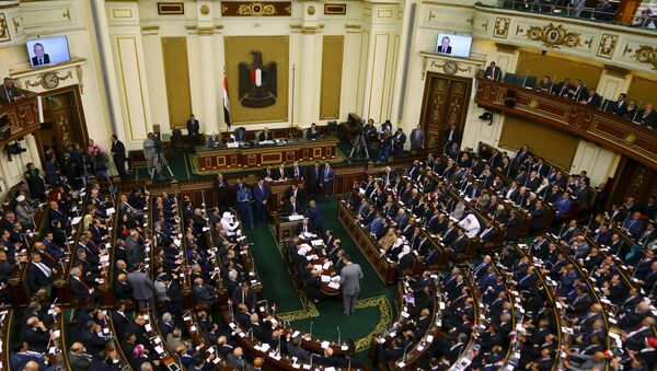 A general view shows members of the Egyptian parliament attending the opening session at the main headquarters of Parliament in Cairo, Egypt - Sputnik Mundo