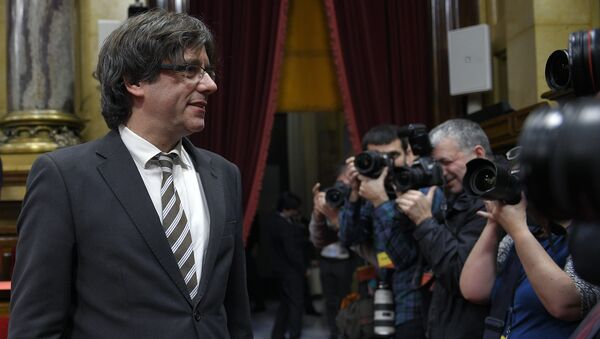 Current mayor of Gerona and candidate for the Catalan Government's presidency Carles Puigdemont (L) poses for media during an investiture debate for the Catalan Government's presidency, at the Parliament of Catalonia in Barcelona on January 10, 2016 - Sputnik Mundo