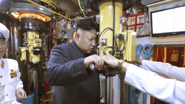 Kim Jong-un, líder de Corea del Norte, inspecciona la unidad 167 de las fuerzas navales del EPC (archivo) - Sputnik Mundo