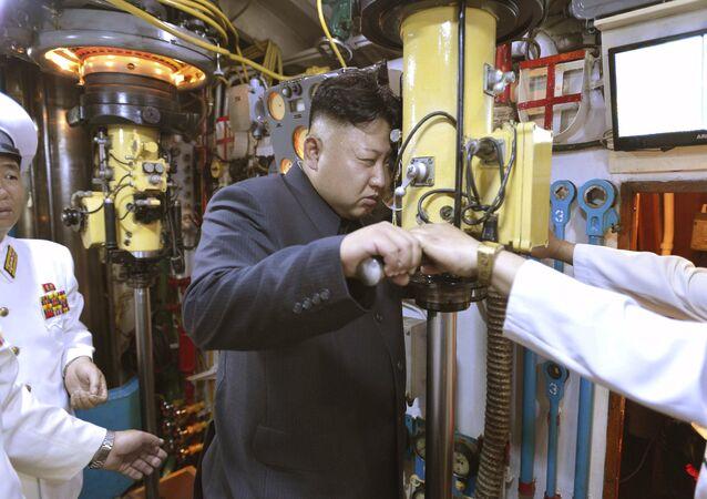 Kim Jong-un, líder de Corea del Norte, inspecciona la unidad 167 de las fuerzas navales del EPC (archivo)