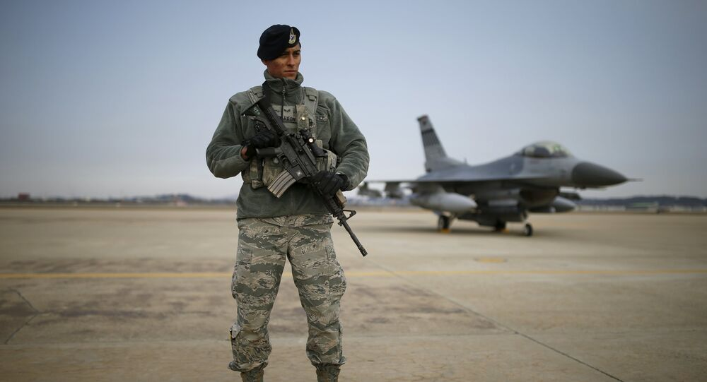 Un militar estadounidense en la base aérea de Osan