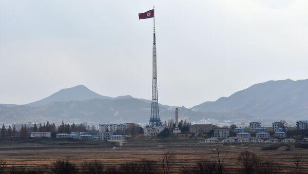 La bandera del Corea del Norte cerca de la zona desmilitarizada en la frontera intercoreana - Sputnik Mundo