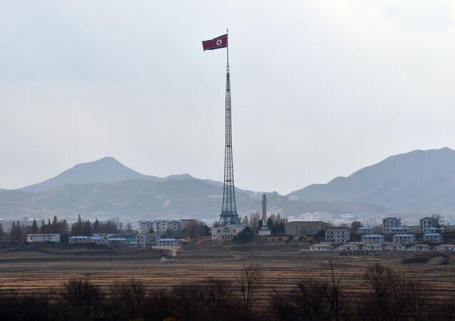 La bandera del Corea del Norte cerca de la zona desmilitarizada en la frontera intercoreana