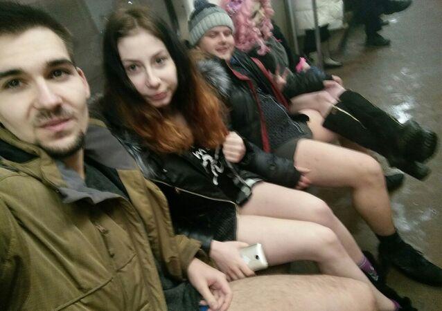 Pasajeros sin pantalones en el metro de Moscú