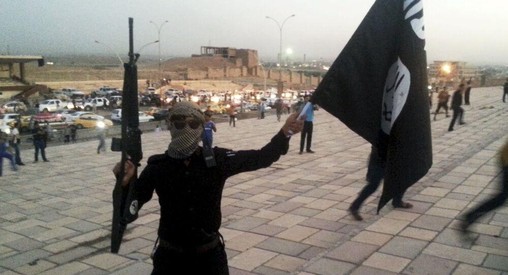Terrorista con la bandera del EI (archivo)