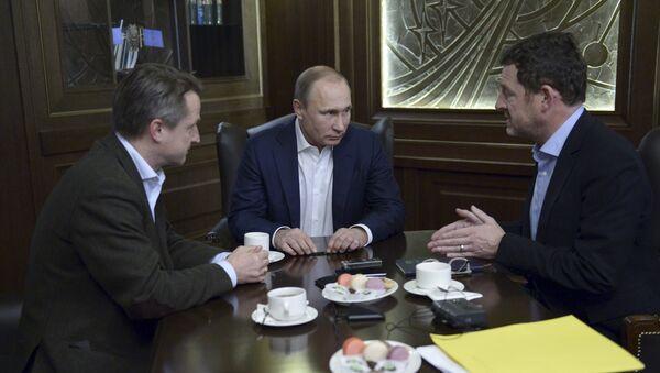 Vladímir Putin, presidente de Rusia (сentro), durante una entrevista con Bild - Sputnik Mundo