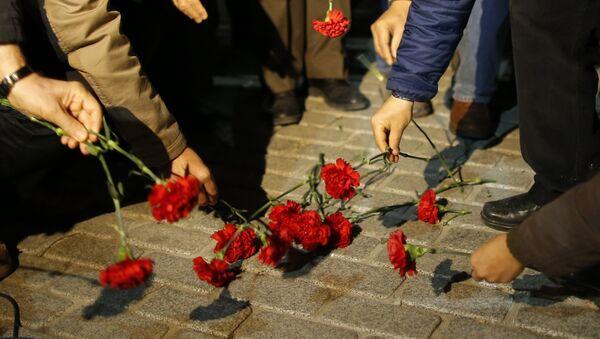 Flores en homenaje a las víctimas del atentado en Estambul - Sputnik Mundo