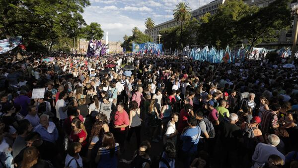 People gather in Plaza de Mayo square overlooking the government house, background, during a demonstration in support of the free press in Buenos Aires, Argentina, Tuesday, Jan. 12, 2016. - Sputnik Mundo
