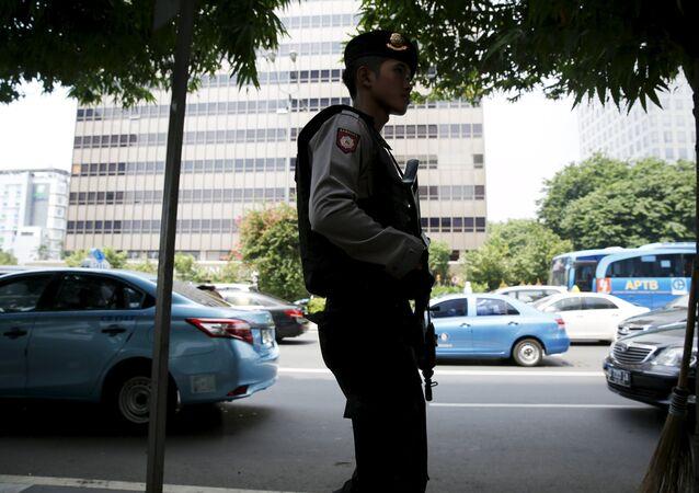 Un policía indonesio