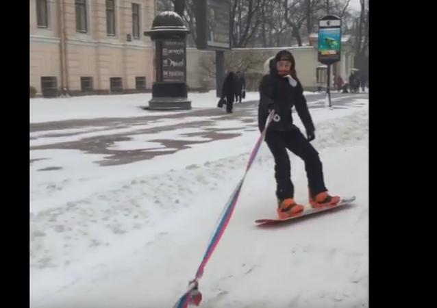 Snowboard en las calles de una ciudad rusa