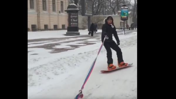 Snowboard en las calles de una ciudad rusa - Sputnik Mundo
