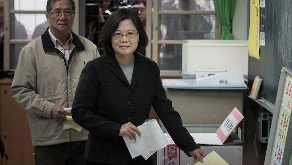 Democratic Progressive Party (DPP) presidential candidate Tsai Ing-wen casts her vote in New Taipei City - Sputnik Mundo