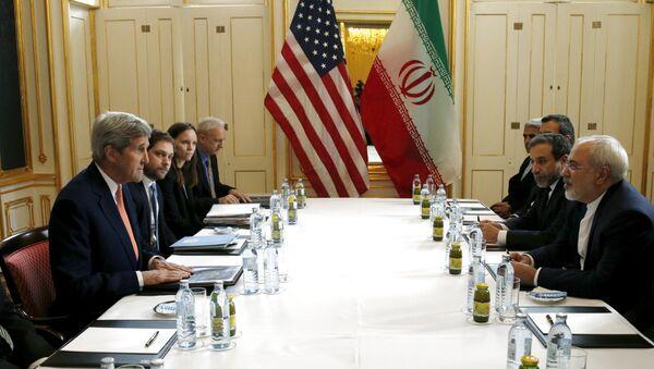 Secretario de Estado de EEUU, John Kerry, habla con ministro de Exteriores de Irán, Yavad Zarif - Sputnik Mundo