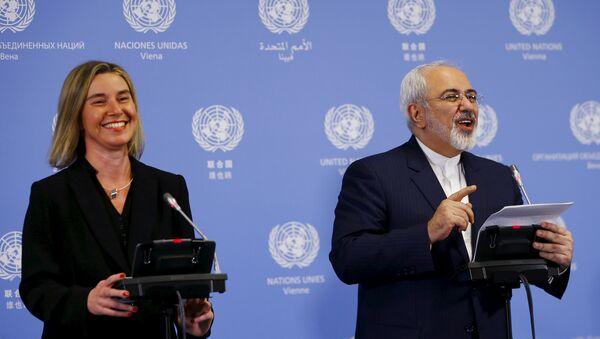 Alta representante para Asuntos Exteriores de la UE, Federica Mogherini, y ministro de Exteriores de Irán, Javad Zari - Sputnik Mundo
