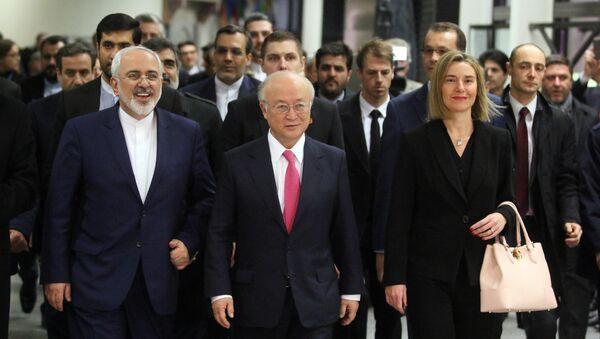Ministro de Exteriores de Irán, Javad Zarif, director general de la OIEA, Yukiya Amano y alta representante para Asuntos Exteriores de la UE, Federica Mogherini durante la reunión sobre programa nuclear iraní - Sputnik Mundo