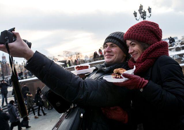 Rusos durante la celebración navideña en Moscú