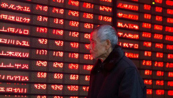 Información de acciones en una pantalla en China - Sputnik Mundo