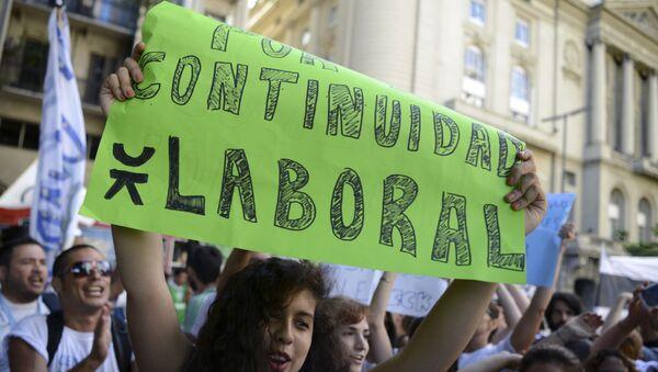 Protesta en Buenos Aires en rechazo a los despidos en Argentina - Sputnik Mundo