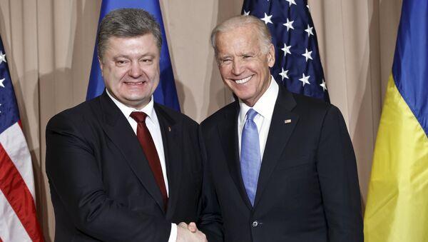 El expresidente de Ucrania, Petró Poroshenko junto al exvicepresidente de EEUU Joe Biden - Sputnik Mundo
