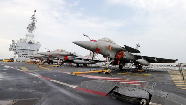 French Rafale Marine fighter aircrafts on flight deck of the aircraft carrier Charles De Gaulle - Sputnik Mundo